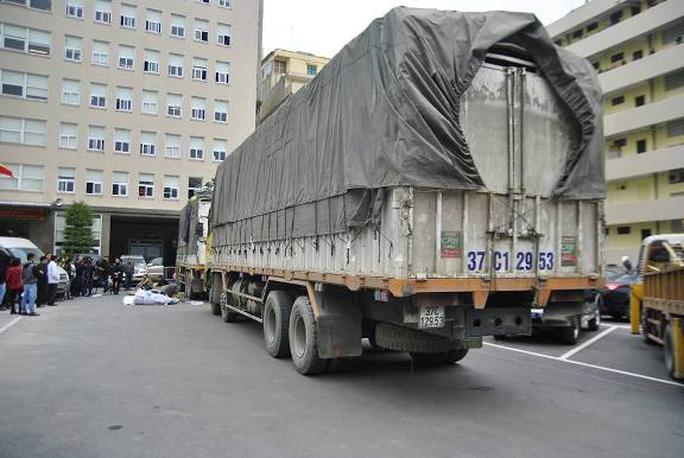 2 chiếc xe tải và nhiều hàng hóa không rõ nguồn gốc được đưa về trụ sở Công an để điều tra làm rõ