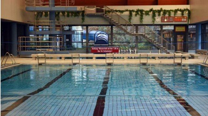 Chính quyền thị trấn Bornheim cấm người tị nạn là nam giới xuống hồ bơi. Ảnh: EPA