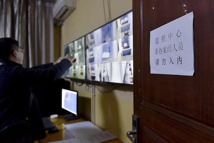 Màn hình giám sát bên trong trung tâm giam giữ của Viện kiểm sát nhân dân tỉnh Tứ Xuyên dành cho quan chức tham nhũng. Ảnh: Reuters