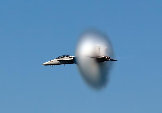 Khoảnh khắc một chiếc FA-18 phá vỡ rào cản âm thanh. Ảnh: VICE