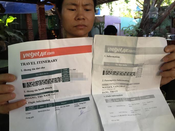 Đến ngày đi, nhiều công nhân mới biết vé máy bay của mình là giả. Lộ trình không chính xác, hoặc là vé đã hủy. - Ảnh: L. Phong