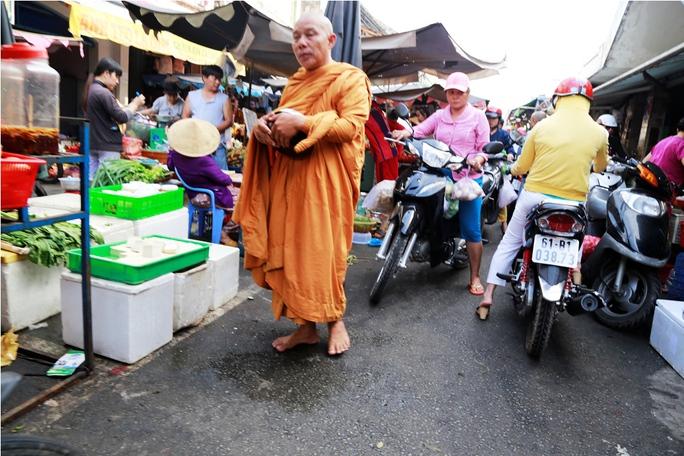 Sư giả tại chợ Thủ Dầu Một