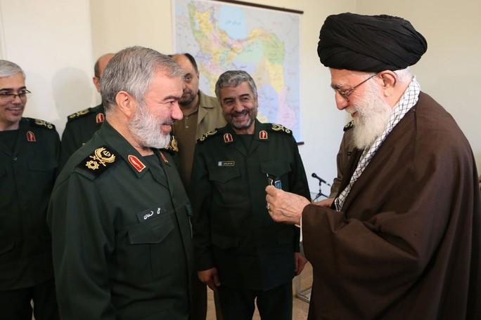 Ông Khamenei trao huy chương cho các chỉ huy hải quân Iran. Ảnh: Twitter