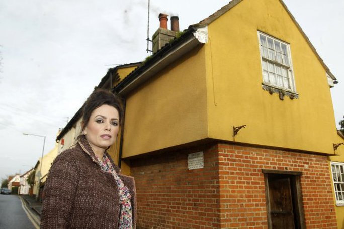 Bà Vanessa Mitchell đứng cạnh ngôi nhà ma ám. Ảnh: Metro