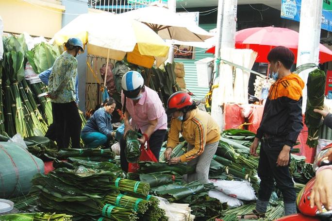 Không khí nhộn nhịp tại chợ lá dong Ông Tạ, đường Cách Mạng Tháng Tám (quận Tân Bình) sáng 24 tháng Chạp