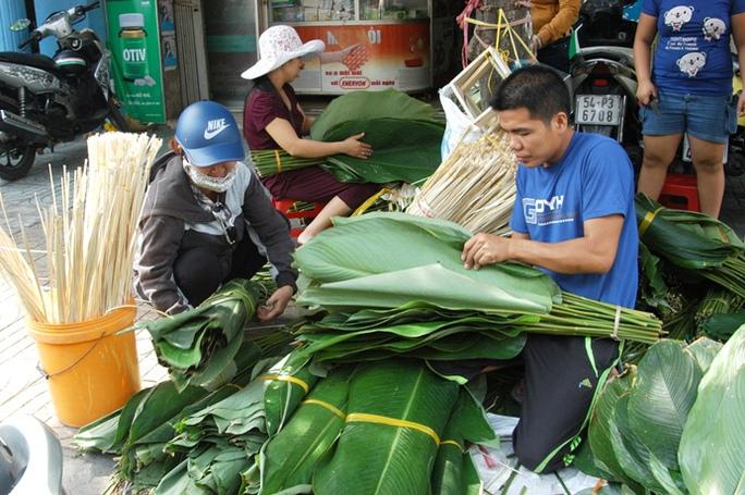 Lá dong được tiểu thương thu mua chủ yếu từ Hóc Môn, Củ Chi (TP HCM) và một số huyện khác ở Đồng Nai, Lâm Đồng