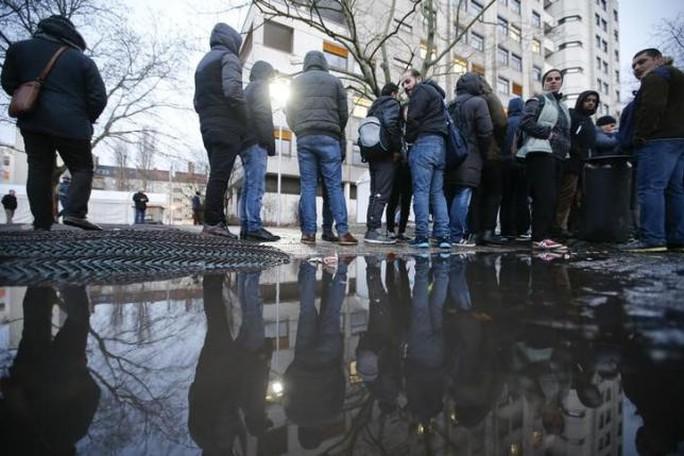 Người tị nạn xếp hàng trước Văn phòng Y tế và Xã hội Berlin- Đức chờ đăng ký hôm 2-2. Ảnh: REUTERS