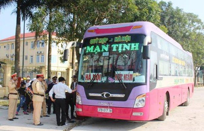 Chiếc xe chạy tuyến Nghệ An - Hà Nội chở quá số người bị bắt giữ