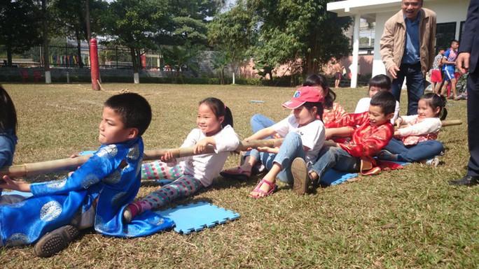 Các em nhỏ tham gia trò chơi kéo co