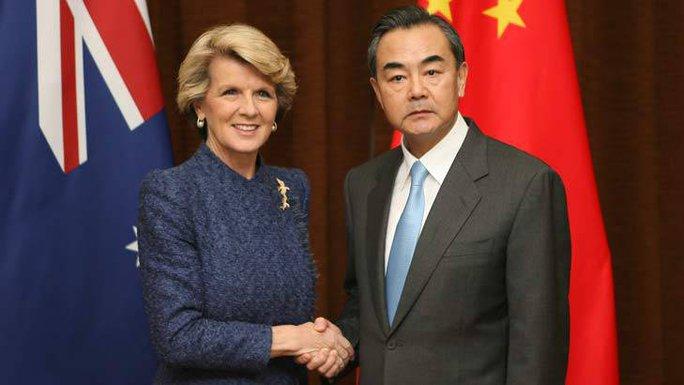 Ngoại trưởng Úc Julie Bishop (trái) bắt tay người đồng cấp Trung Quốc Vương Nghị trong chuyến thăm Bắc Kinh năm 2013. Ảnh: Illawarra Mercury