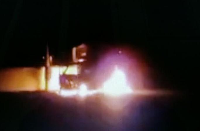 Chiếc xe tải do anh Đoàn Văn Hoàn điều khiển bất ngờ bốc cháy dữ dội khi đang đi mua đồ liên hoan ngày Valentine - Ảnh cắt từ clip