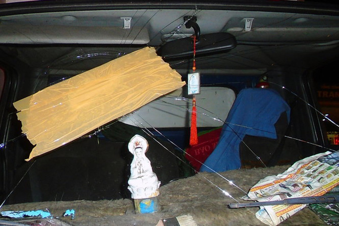 Vụ một ô tô bị ném vỡ kính (ảnh VECE cung cấp)