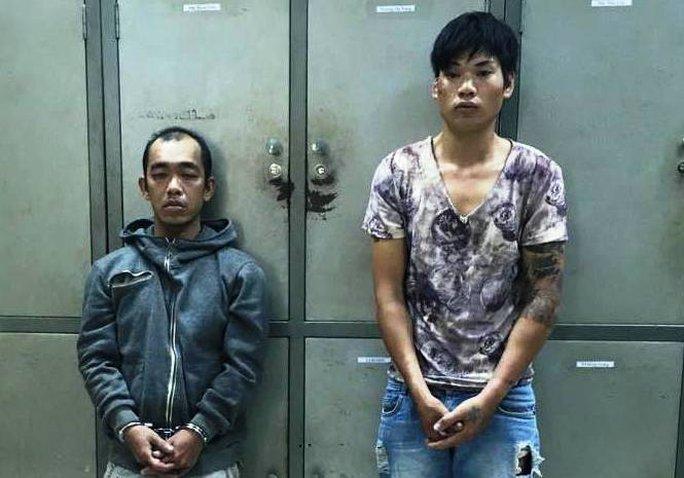Nguyễn Thanh Phong (bên phải) và Đoàn Trọng Thanh tại công an