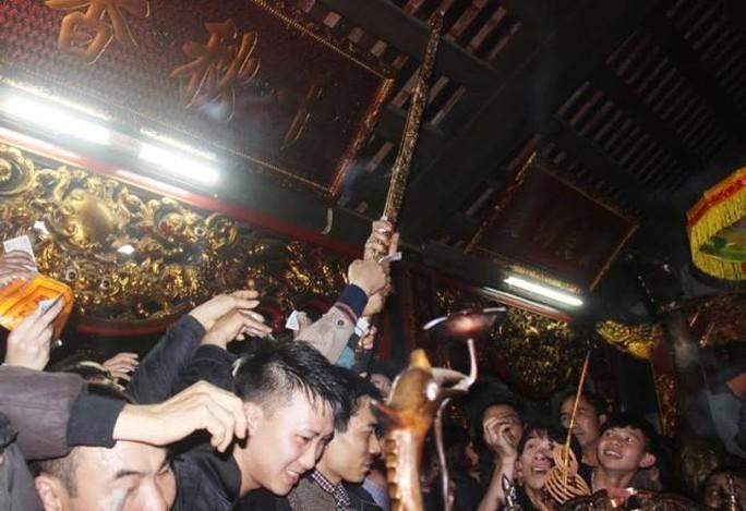 Hình ảnh cướp bảo kiếm trong đêm Khai ấn đền Trần năm 2015
