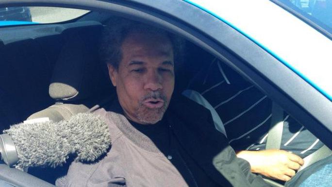 Ông Albert Woodfox tới thăm mộ mẹ sau khi ra tù ngày 19-2. Ảnh: Reuters
