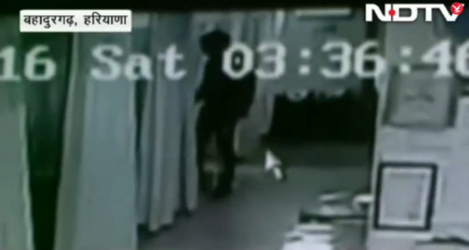 Người đàn ông mặc áo trùm đầu lẻn vào phòng chăm sóc đặc biệt. Ảnh: NDTV