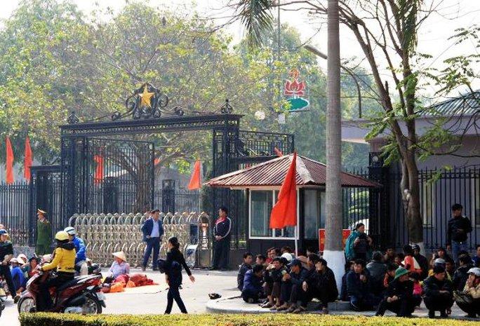 Người dân Sầm Sơn ngồi trước cổng UBND tỉnh Thanh Hóa để phán đối việc lấy đất bến thuyền giao cho FLC