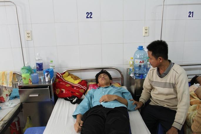 Ông Nguyễn Tin đang chăm sóc cho cháu Trừờng tại BV Đà Nẵng