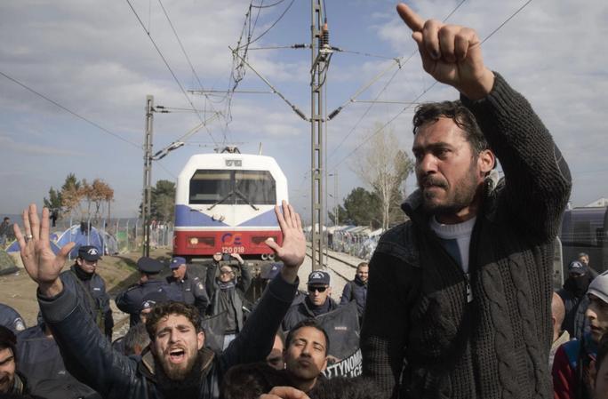 Người di cư mắc kẹt ở biên giới Hy Lạp – Macedonia. Ảnh: AP