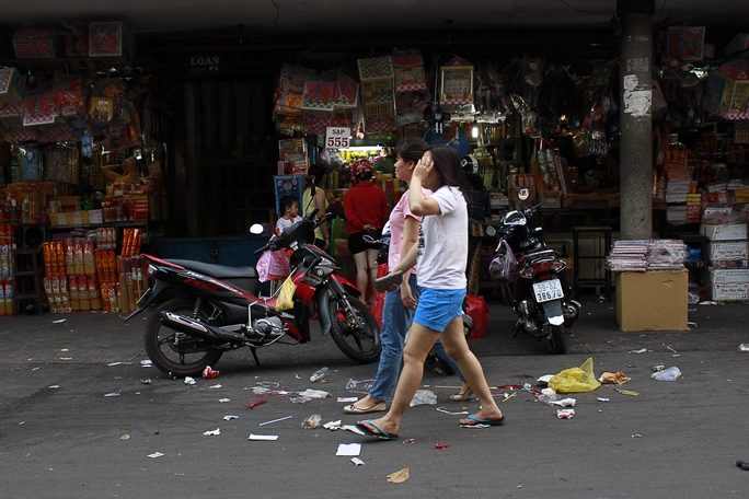 Không chỉ lấn chiếm vỉa hè,lòng lề đường ngôi chợ tự phát còn để rác rưởi, nước thải được xả ra bừa bãi cả con đường.