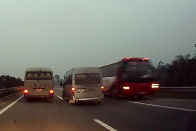 Chiếc xe khách ngang nhiên chạy ngược chiều trên cao tốc Nội Bài - Lào Cai (ảnh cắt từ clip)