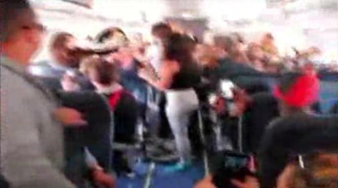 5 phụ nữ ẩu đả trên máy bay. Ảnh: YouTube