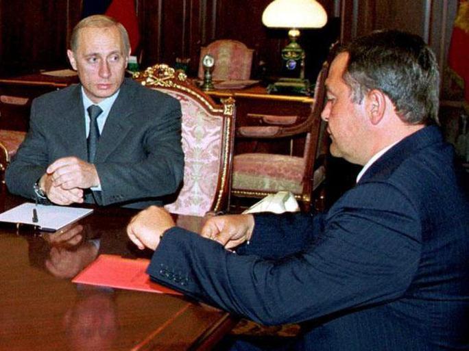 Ông Lesin (phải) và Tổng thống Putin năm 2000. Ảnh: Reuters