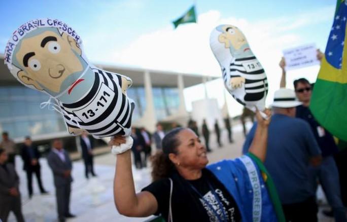 Người biểu tình tập trung bên ngoài dinh tổng thống ở thủ đô Brasilia. Ảnh: Reuters