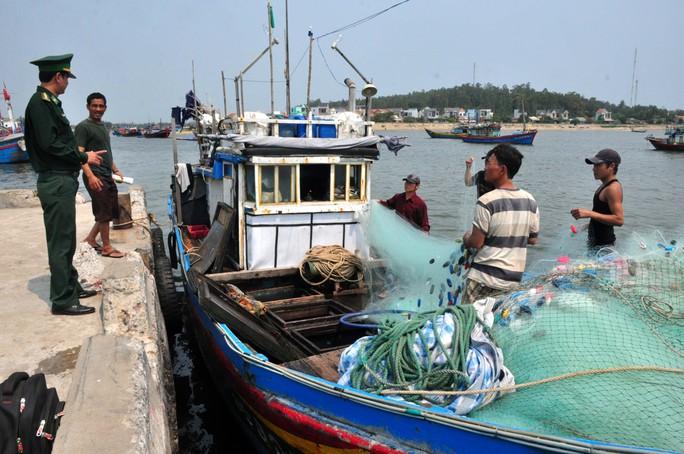 Tàu cá QNg 90319TS trở về sau khi bị tàu Trung Quốc lấy ngư lưới cụ ở Hoàng Sa. Ảnh: T.Trực