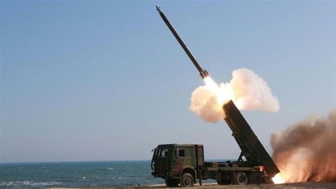 KCNA hôm 24-3 đăng ảnh hệ thống phóng rốc-két đa nòng của Triều Tiên hoạt động tại địa điểm không xác định. Ảnh: KCNA