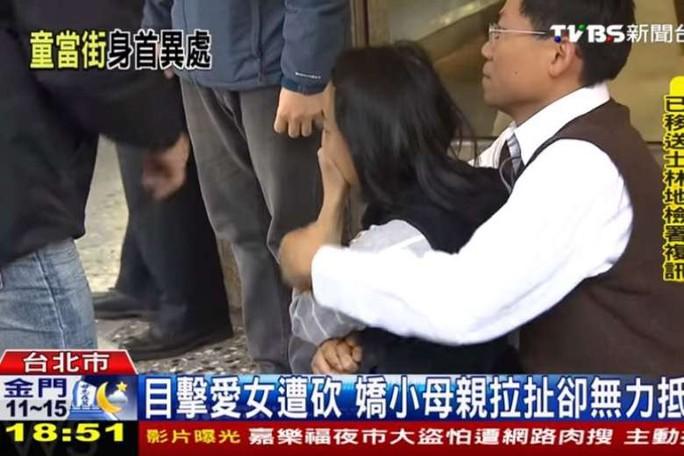 Cha mẹ bé gái nức nở vì con gái 4 tuổi chết thảm. Ảnh: TVBS