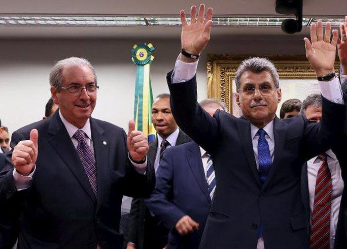 Thượng nghị sĩ Romero Juca (phải) và Chủ tịch Hạ viện Eduardo Cunha vui mừng sau khi PMDB rút khỏi liên minh cầm quyền. Ảnh: REUTERS