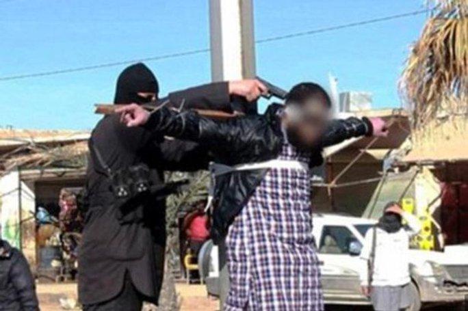 IS đóng đinh rồi bắn chết 4 người ở Raqqa. Ảnh: Mirror