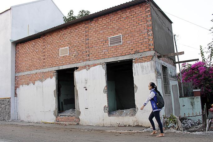 Theo người dân, trước kia con đường này đã từng một lần được nâng cao khiến người dân phải nâng nhà nhưng ngập vẫn tái diễn như thường.
