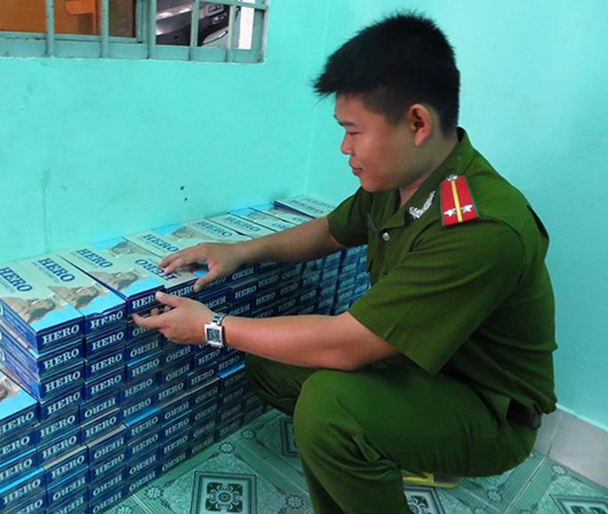 Gần 3.000 bao thuốc lá lậu vừa bị lực lượng Công an TP Long Xuyên thu giữ vào sáng 8-4