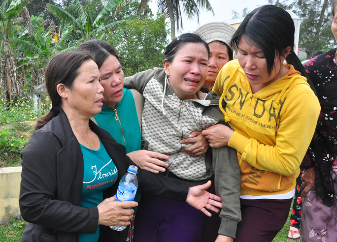 Bà Nguyễn Thị Sát, mẹ em Trần Tiến Phát khóc ngất tiễn đưa con. Ảnh: T.Trực