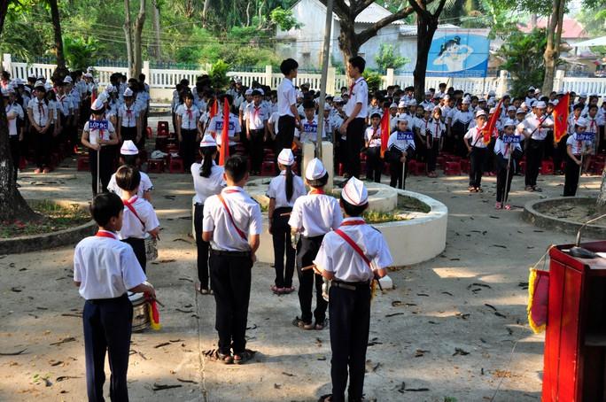 Học sinh trường THCS xã Nghĩa Hà, TP Quảng Ngãi tưởng niệm 9 học sinh xấu số trong vụ đuối nước. Ảnh: T.Trực