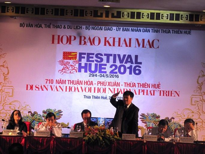 Ông Nguyễn Dung (đứng) cam đoan về VSANTP trong lễ hội Festival Huế 2016