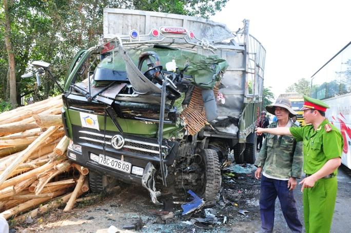 Xe tải bị hư hỏng nặng phần đầu sau vụ tai nạn. Ảnh: T.Trực
