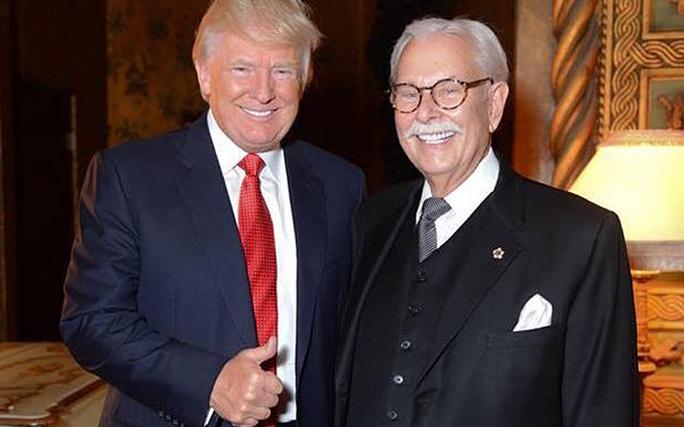 Ông Anthony Senecal (phải) và tỉ phú Donald Trump. Ảnh: FACEBOOK