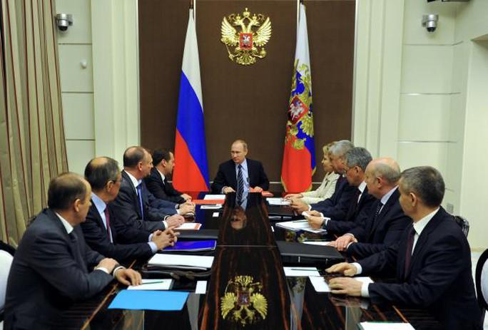 Ông Putin họp với các thành viên Hội đồng An ninh tại TP Sochi hôm 13-5. Ảnh: SPUTNIK