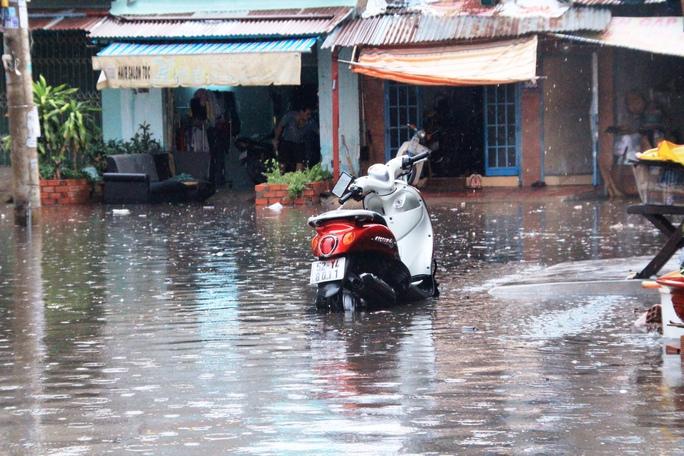 Khu dân cư dọc đường Phạm Văn Đồng (quận Bình Thạnh) nước ngập sâu, tràn sát mép nhà