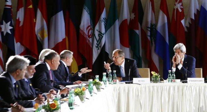 Ngoại trưởng Nga Sergei Lavrov (thứ 2 từ phải qua) và người đồng cấp Mỹ John Kerry (ngoài cùng bên phải) họp tại Vienna - Áo hôm 17-5. Ảnh: REUTERS