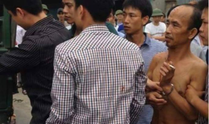 Bùi Văn Dâng (cởi trần) bị Công an bắt giữ - Ảnh: người dân cung cấp
