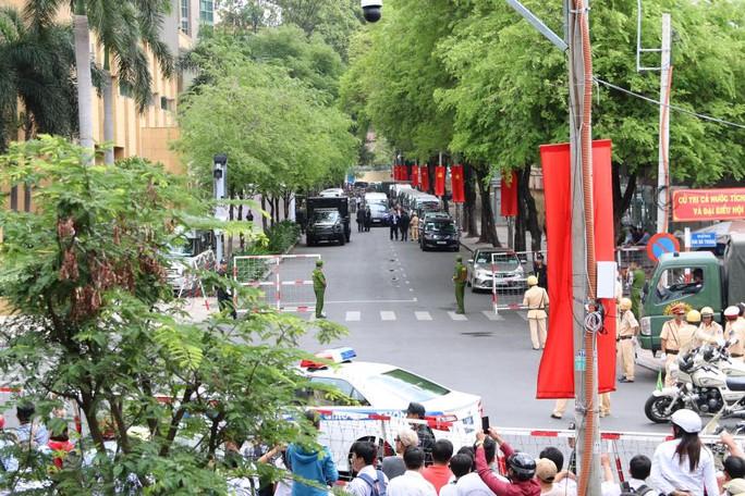 Trước đó, an ninh xung quanh khách sạn InterContinental được thắt chặt để chờ ông Obama lên xe đi gặp 800 thủ lĩnh trẻ Việt Nam ở GEm center
