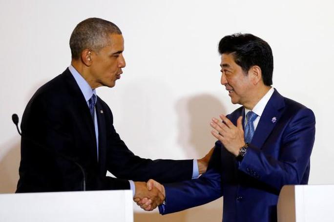 Thủ tướng Nhật Bản Shinzo Abe (phải) bắt tay Tổng thống Obama tại cuộc họp báo ở TP Shima hôm 25-5. Ảnh: REUTERS