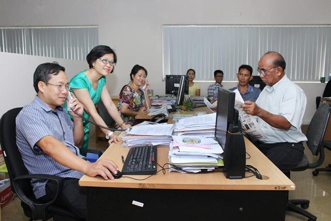 Bà Nguyễn Thị Tố Trâm (áo xanh, thứ hai từ trái sang)