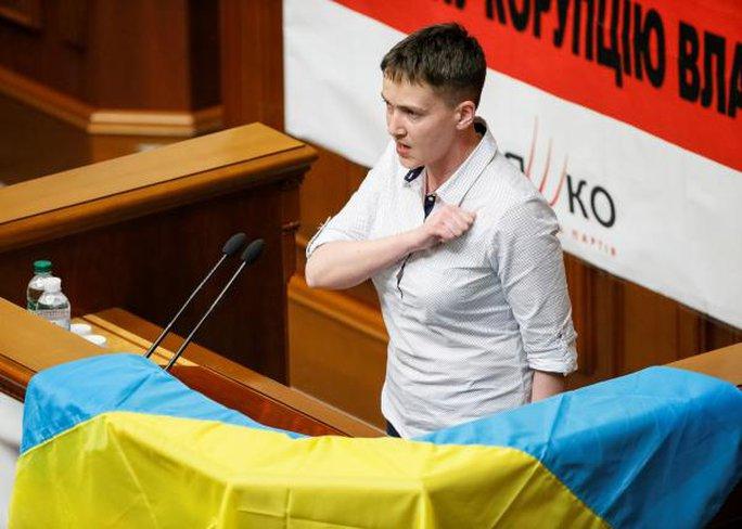 Savchenko hát quốc ca trong phiên họp đầu tiên tại Quốc hội hôm 31-5. Ảnh: REUTERS
