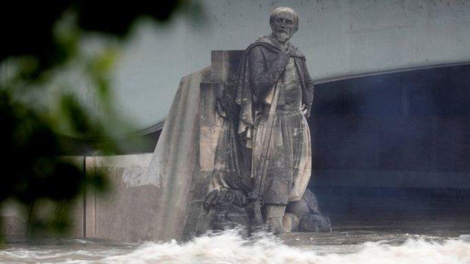 Nước ngập tới chân bức tượng Zouave ở thủ đô Paris - Pháp. Ảnh: REUTERS