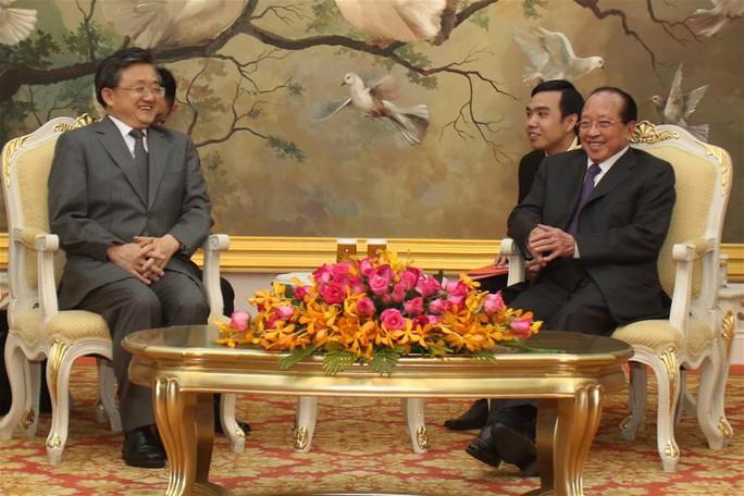 Hai ông Lưu (trái) và Namhong (phải) gặp nhau tại Phnom Penh ngày 6-6. Ảnh: TÂN HOA XÃ